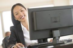 Портрет коммерсантки работая на компьютере Стоковое Изображение