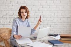 Портрет коммерсантки работая на офисе читая документ Стоковое фото RF