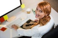 Портрет коммерсантки работая на столе Стоковое Фото