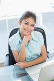 Портрет коммерсантки с компьтер-книжкой на офисе Стоковое Изображение RF