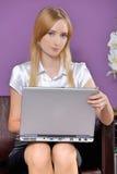 Портрет коммерсантки с компьтер-книжкой на офисе Стоковое фото RF