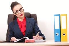 Портрет коммерсантки с компьтер-книжкой пишет на документе на ем Стоковые Фото