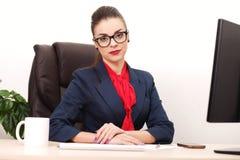 Портрет коммерсантки с компьтер-книжкой пишет на документе на ем Стоковая Фотография