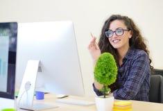 Портрет коммерсантки с компьютером пишет на документе на ее офисе Стоковая Фотография RF