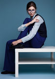 Портрет коммерсантки с стеклами и голубой костюм с рукой на ее плече Стоковые Фотографии RF