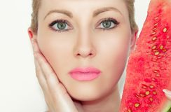 Портрет Конец-вверх красивой молодой женщины с арбузом Концепция здоровой и moisturized кожи С красивыми глазами стоковые изображения