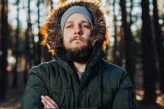 Портрет, конец-вверх человека детенышей стильно серьезного с бородой стоковая фотография