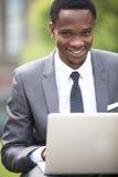 Портрет конца-вверх Афро-американского бизнесмена работая на компьтер-книжке outdoors Стоковое Изображение RF