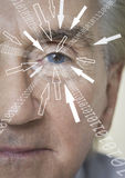 Портрет конца-вверх бизнесмена с разрядами двоичного числа и стрелкой подписывает приблиубежать к его глаз Стоковая Фотография