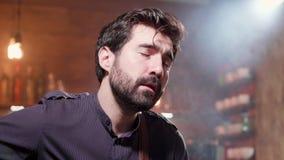 Портрет конца-вверх бородатого человека поя песню акции видеоматериалы