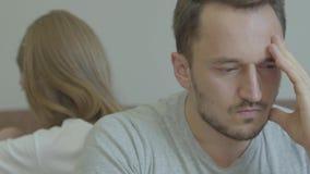 Портрет конца-вверх грустного человека и женщины сидя спина к спине с несчастными сторонами дома Проблемы в отношении сток-видео