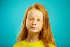 Портрет конца-вверх девушки детей с красными волосами закрыл ее глаза, думая, желает верить в мечте приходит верно стоковые изображения rf