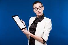 Портрет конца-вверх девушки с таблеткой в руках Стоковая Фотография