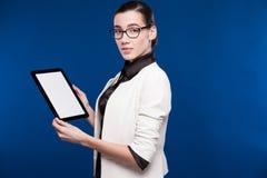 Портрет конца-вверх девушки с таблеткой в руках Стоковая Фотография RF