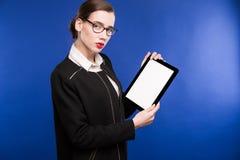 Портрет конца-вверх девушки с таблеткой в руках Стоковое Изображение RF