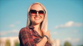 Портрет конца-Вверх европейской красивой милой блондинкы внутри с молодой женщиной Sunglass или жизнерадостной девушкой смотря в  сток-видео