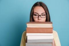 Портрет конца-вверх девушки в eyeglasses держа книги Стоковые Изображения