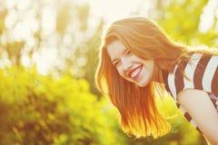 Портрет конца-вверх девушки усмехаясь Стоковое Изображение RF