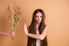 Портрет конца-вверх ее она выглядящая славн привлекательная сварливая хмурая дама отказывая принять высушенному цветку грязное то стоковые фотографии rf