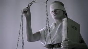 Портрет конца-вверх живущей статуи богиня правосудия Themis с безпассудством статуя приходит к жизни акции видеоматериалы