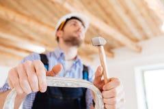 Портрет конца-вверх задумчивого работника с молотком Стоковые Фото