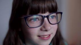 Портрет конца-вверх кавказского девочка-подростка со стеклами видеоматериал
