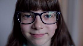 Портрет конца-вверх кавказского девочка-подростка со стеклами акции видеоматериалы