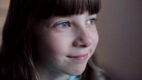 Портрет конца-вверх кавказского девочка-подростка акции видеоматериалы
