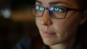 Портрет конца-вверх кавказской женщины со стеклами среднего возраста акции видеоматериалы