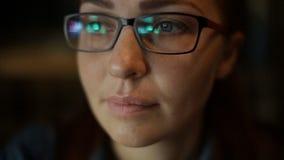 Портрет конца-вверх кавказской женщины со стеклами среднего возраста сток-видео