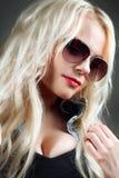 Портрет Конца-вверх красивейшей девушки в солнечных очках Стоковая Фотография