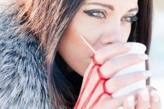 Красивейшая девушка держа чашек чаю или кофе с ложкой Стоковое Фото