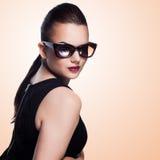 Портрет конца-вверх красивого и фасонирует девушку в солнечных очках, s Стоковая Фотография