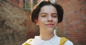 Портрет конца-вверх красивого подростка принимая солнечные очки смотря камеру видеоматериал