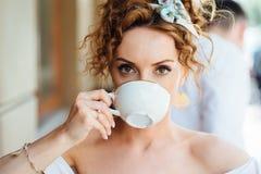 Портрет конца-вверх красивой девушки с красными волосами которые выпивают кофе Стоковые Фото