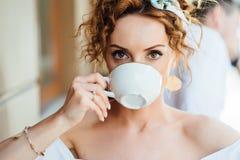 Портрет конца-вверх красивой девушки с красными волосами которые выпивают кофе Стоковые Фотографии RF