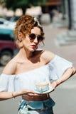 Портрет конца-вверх красивой девушки с красными волосами которые выпивают кофе Стоковое Фото