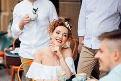 Портрет конца-вверх красивой девушки с красными волосами которые выпивают кофе Стоковые Изображения