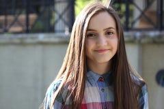 Портрет конца-вверх красивой девушки в городе Стоковое Изображение