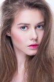 Портрет конца-вверх красивой женщины с ярким составом и волнистым стилем причёсок Фасонируйте сияющий highlighter на коже, состав Стоковая Фотография