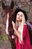 Портрет конца-вверх красивой кавказской девушки держа лошадь Стоковое Изображение RF