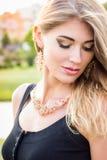 Портрет конца-вверх красивой молодой белокурой женщины outdoors стоковое изображение