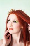Портрет конца-вверх красивой рыжеволосой девушки с цветками в волосах Стоковое Изображение RF