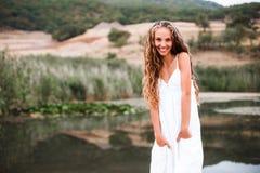 Портрет конца-вверх красивой усмехаясь белокурой девушки с естественными скручиваемостями стоковая фотография rf