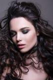Портрет конца-вверх красивой чувственной женщины с ярким составом и совершенным стилем причёсок Стоковые Фото