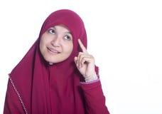 Портрет конца-вверх красивый мусульманский думать девушки Над белой предпосылкой Стоковые Изображения RF