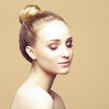 Портрет конца-вверх красоты красивой, свежей и здоровой девушки ov Стоковые Изображения RF