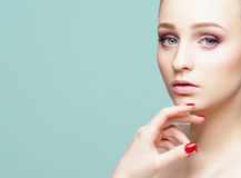 Портрет конца-вверх красоты красивой, свежей и здоровой девушки ov Стоковое Изображение RF