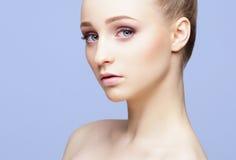 Портрет конца-вверх красоты красивой, свежей и здоровой девушки ov Стоковые Фотографии RF