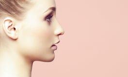 Портрет конца-вверх красоты красивой, свежей и здоровой девушки ov Стоковая Фотография